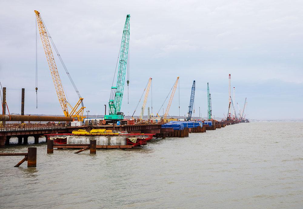 -сооружают-морские-пролеты-моста-в-Крым.jpg